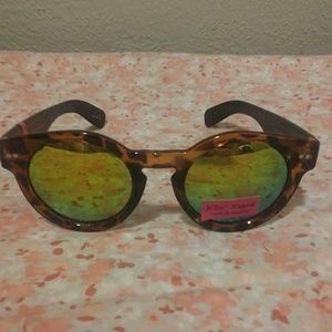 Betsey Johnson Round sunglasses